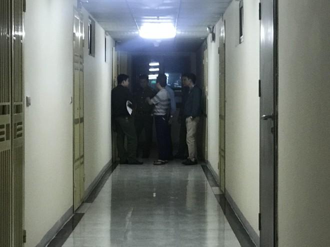Cảnh sát đưa 2 cô gái rời khỏi tầng 31 trong đêm sau vụ bé sơ sinh rơi từ tầng cao tử vong 13