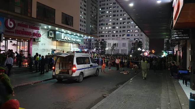 Cảnh sát đưa 2 cô gái rời khỏi tầng 31 trong đêm sau vụ bé sơ sinh rơi từ tầng cao tử vong - Ảnh 1.