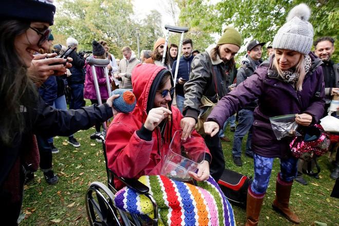 Ảnh: Dân Canada tận hưởng ngày đầu tiên hợp pháp hóa cần sa - Ảnh 14.