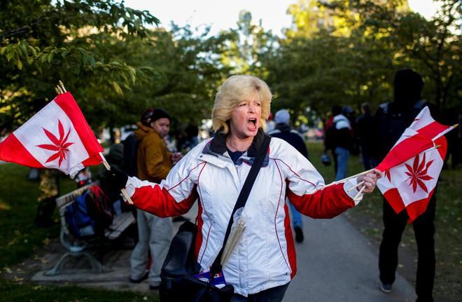 Ảnh: Dân Canada tận hưởng ngày đầu tiên hợp pháp hóa cần sa - Ảnh 8.