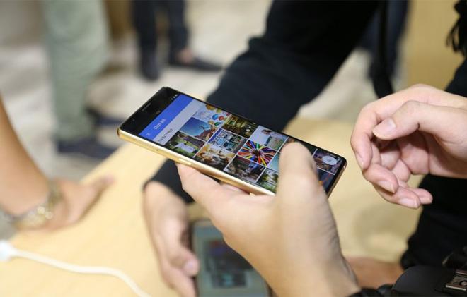 CEO Nguyễn Tử Quảng trao tận tay Bphone 3 cho những khách hàng đầu tiên - Ảnh 8.