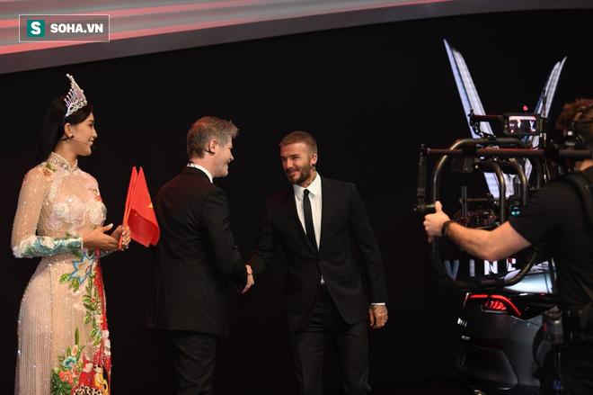 Hoa hậu Trần Tiểu Vy rạng rỡ sánh đôi bên David Beckham trên sân khấu ra mắt xe hơi VINFAST - Ảnh 5.