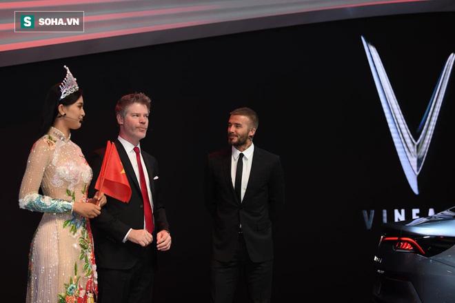 Hoa hậu Trần Tiểu Vy rạng rỡ sánh đôi bên David Beckham trên sân khấu ra mắt xe hơi VINFAST - Ảnh 4.