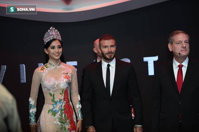 Hoa hậu Trần Tiểu Vy rạng rỡ sánh đôi bên David Beckham trên sân khấu ra mắt xe hơi VINFAST - Ảnh 1.