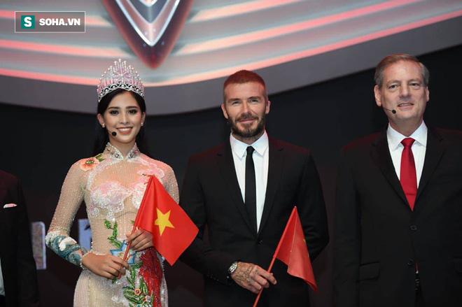 Hoa hậu Trần Tiểu Vy rạng rỡ sánh đôi bên David Beckham trên sân khấu ra mắt xe hơi VINFAST - Ảnh 2.