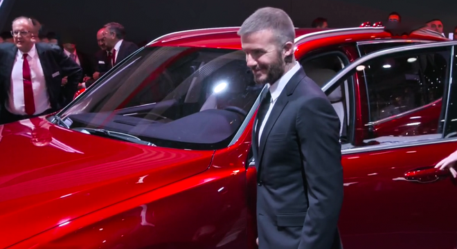 Tường thuật trực tiếp sự kiện ra mắt xe của VinFast: Beckham và Tiểu Vy bên cạnh chiếc xe hơi VinFast - Ảnh 2.