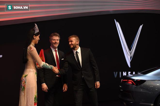 Hoa hậu Trần Tiểu Vy rạng rỡ sánh đôi bên David Beckham trên sân khấu ra mắt xe hơi VINFAST - Ảnh 7.