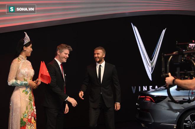 Hoa hậu Trần Tiểu Vy rạng rỡ sánh đôi bên David Beckham trên sân khấu ra mắt xe hơi VINFAST - Ảnh 6.