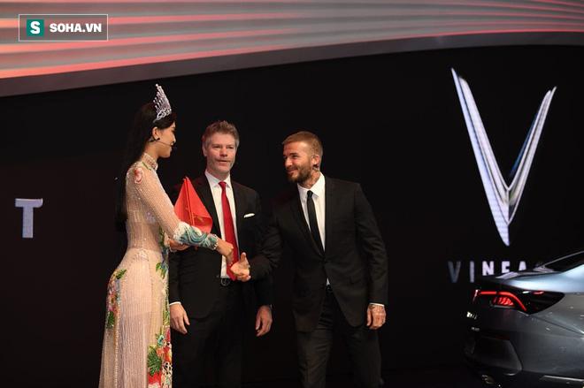 Hoa hậu Trần Tiểu Vy rạng rỡ sánh đôi bên David Beckham trên sân khấu ra mắt xe hơi VINFAST - Ảnh 8.