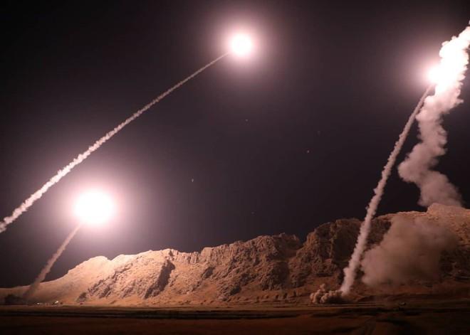 Iran in khẩu hiệu đe dọa Mỹ, Israel lên loạt tên lửa nã xuống Syria - Ảnh 1.