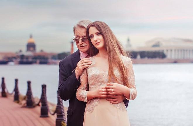 Vừa ly hôn vợ trẻ đáng tuổi cháu, tài tử U90 người Nga đã hẹn hò nhân tình kém 61 tuổi - Ảnh 3.
