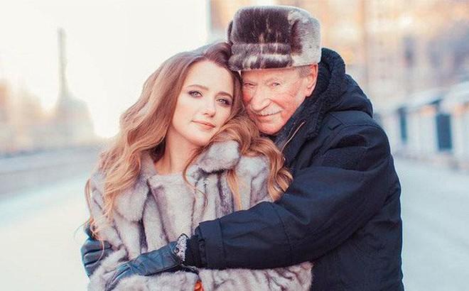 Vừa ly hôn vợ trẻ đáng tuổi cháu, tài tử U90 người Nga đã hẹn hò nhân tình kém 61 tuổi