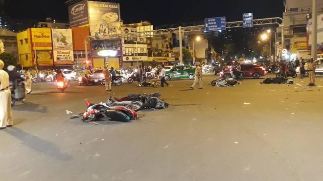 Ô tô tông hàng loạt xe máy ở ngã tư Hàng Xanh, người bị thương nằm la liệt trên đường - Ảnh 5.