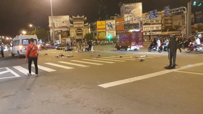 Ô tô tông hàng loạt xe máy ở ngã tư Hàng Xanh, người bị thương nằm la liệt trên đường - Ảnh 6.