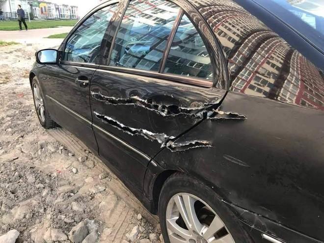 Chiếc xe hơi bị xé rách, dân mạng hoang mang vì không rõ cái gì đã gây nên - Ảnh 2.
