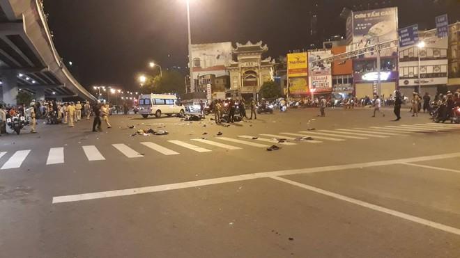 Ô tô tông hàng loạt xe máy ở ngã tư Hàng Xanh, người bị thương nằm la liệt trên đường - Ảnh 7.