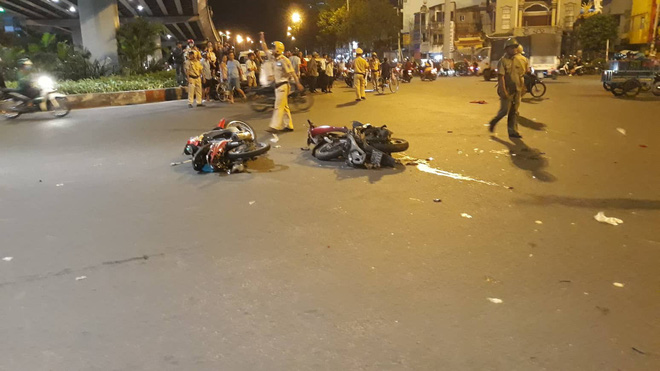 Ô tô tông hàng loạt xe máy ở ngã tư Hàng Xanh, người bị thương nằm la liệt trên đường - Ảnh 8.