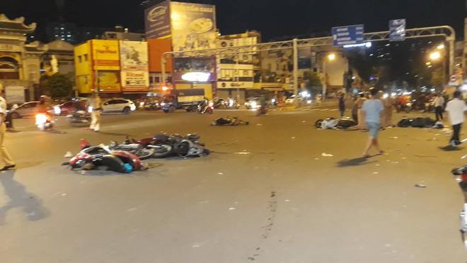 Ô tô tông hàng loạt xe máy ở ngã tư Hàng Xanh, người bị thương nằm la liệt trên đường - Ảnh 9.