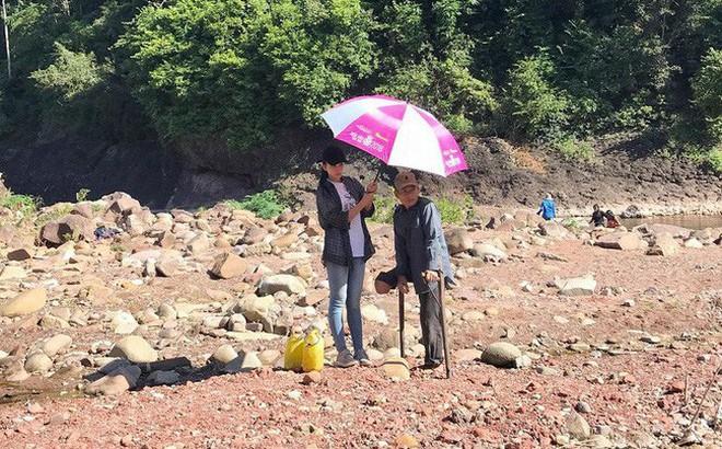 Khoảnh khắc đẹp: Hoa hậu Tiểu Vy mặc đồ giản dị, cầm ô che nắng cho người khuyết tật 1