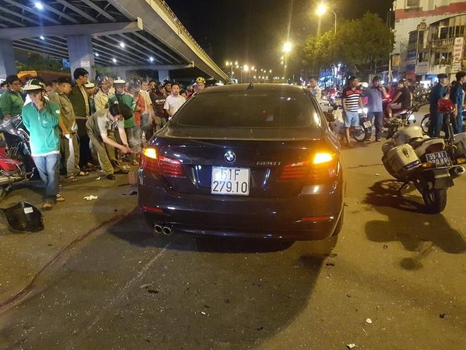 Ô tô tông hàng loạt xe máy ở ngã tư Hàng Xanh, người bị thương nằm la liệt trên đường - Ảnh 2.
