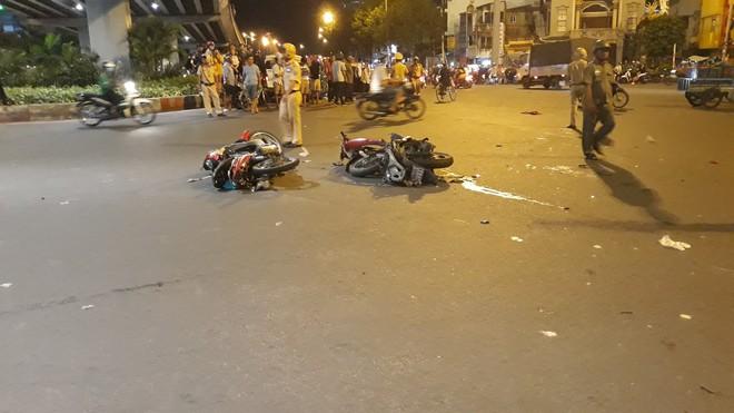 Cận cảnh hiện trường kinh hoàng  vụ ô tô BMW tông hàng loạt xe máy, taxi, nhiều người thương vong ở TP.HCM - Ảnh 2.