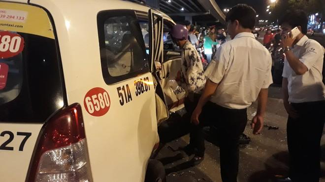 Cận cảnh hiện trường kinh hoàng  vụ ô tô BMW tông hàng loạt xe máy, taxi, nhiều người thương vong ở TP.HCM - Ảnh 6.
