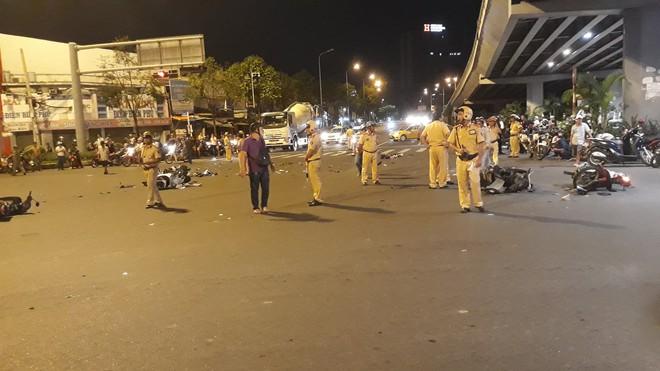 Cận cảnh hiện trường kinh hoàng  vụ ô tô BMW tông hàng loạt xe máy, taxi, nhiều người thương vong ở TP.HCM - Ảnh 7.