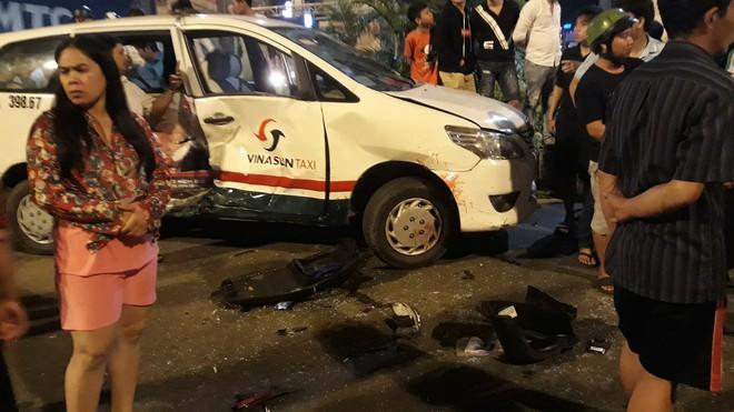 Cận cảnh hiện trường kinh hoàng  vụ ô tô BMW tông hàng loạt xe máy, taxi, nhiều người thương vong ở TP.HCM - Ảnh 8.