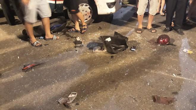 Cận cảnh hiện trường kinh hoàng  vụ ô tô BMW tông hàng loạt xe máy, taxi, nhiều người thương vong ở TP.HCM - Ảnh 9.
