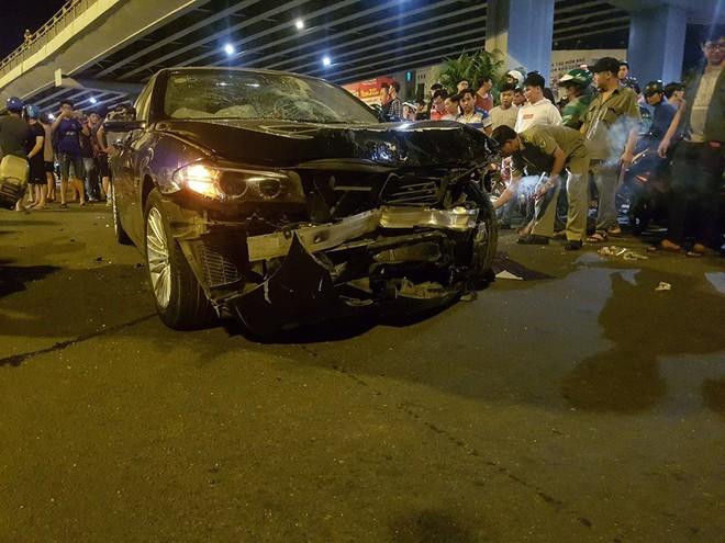 Ô tô tông hàng loạt xe máy ở ngã tư Hàng Xanh, người bị thương nằm la liệt trên đường - Ảnh 3.