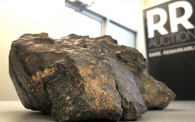 """Khối thiên thạch """"Mảnh ghép Mặt Trăng"""" được trưng bày tại Amherst, bang New Hampshire, Mỹ. (Ảnh: AP)"""