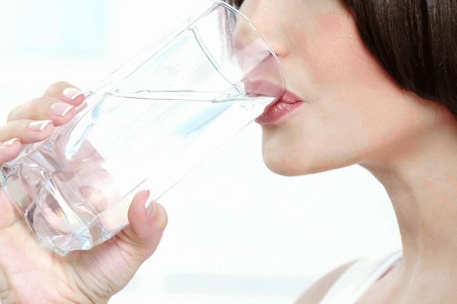 Đây là lí do nhà nào cũng nên có chai nước muối loãng: Mùa này càng cần dùng nhiều hơn - Ảnh 2.