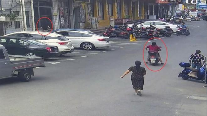 Bị người phụ nữ truy đuổi suốt 2 km, tên trộm chắp tay xin tha vì không thở được nữa rồi - Ảnh 2.