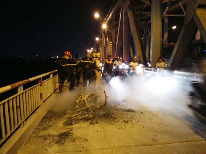 Xe máy bốc cháy dữ dội trên cầu Chương Dương đúng giờ cao điểm, giao thông tê liệt - Ảnh 1.