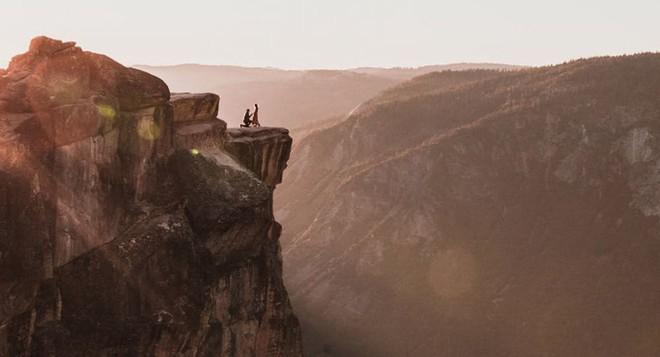 Cầu hôn bên vách đá cao hơn 2.000m, cặp đôi rơi xuống vực chết thảm - Ảnh 1.