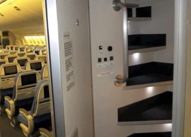 Hoá ra trên máy bay còn có những phòng ngủ bí mật cho phi hành đoàn mà không phải ai cũng biết - Ảnh 2.