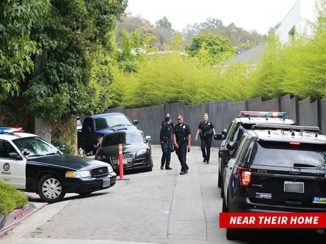 Hàng loạt xe cảnh sát bỗng bủa vây nhà của Miranda Kerr và chồng tỷ phú, chuyện gì đã xảy ra? - ảnh 1