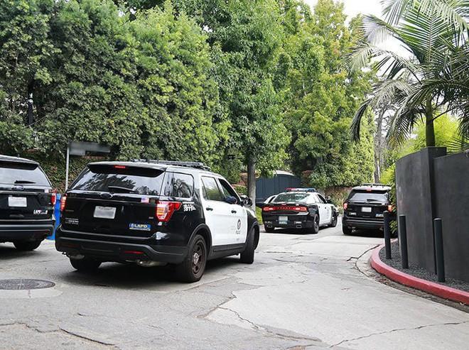 Hàng loạt xe cảnh sát bỗng bủa vây nhà của Miranda Kerr và chồng tỷ phú, chuyện gì đã xảy ra? - ảnh 2