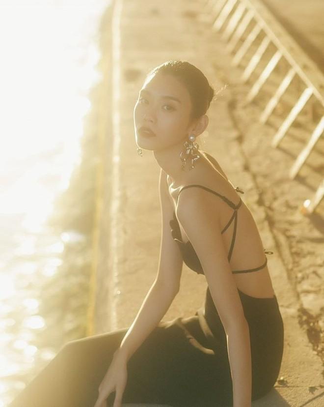 Siêu mẫu Victoria's Secret gốc Hoa khoe lưng trần quyến rũ ở Paris - ảnh 1