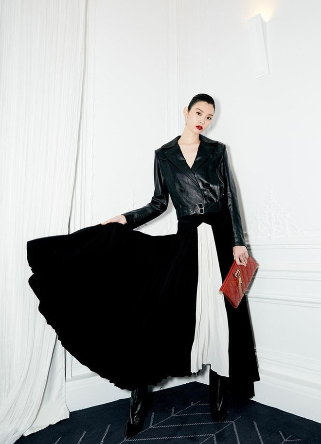 Siêu mẫu Victoria's Secret gốc Hoa khoe lưng trần quyến rũ ở Paris - ảnh 11