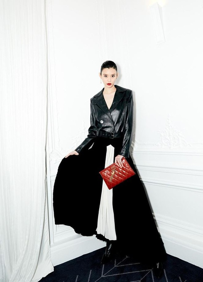 Siêu mẫu Victoria's Secret gốc Hoa khoe lưng trần quyến rũ ở Paris - ảnh 12