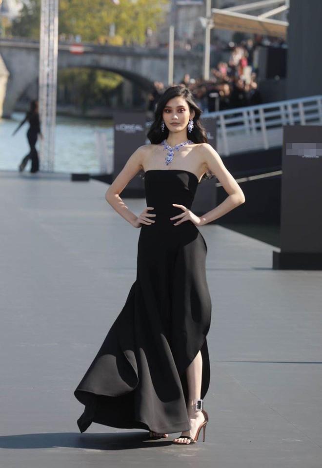 Siêu mẫu Victoria's Secret gốc Hoa khoe lưng trần quyến rũ ở Paris - ảnh 15