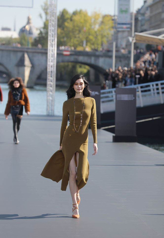 Siêu mẫu Victoria's Secret gốc Hoa khoe lưng trần quyến rũ ở Paris - ảnh 16