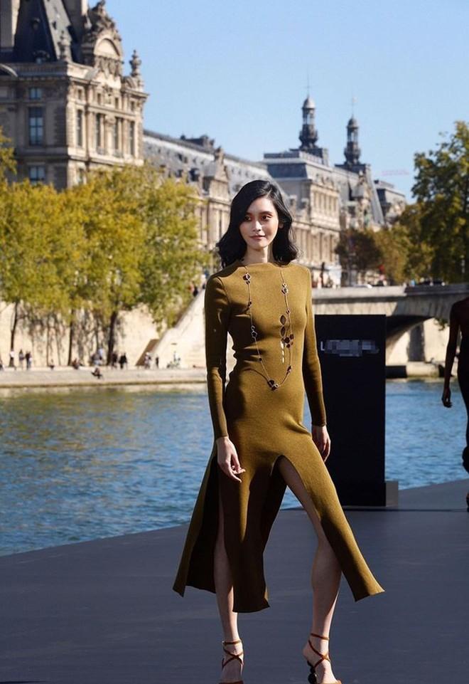 Siêu mẫu Victoria's Secret gốc Hoa khoe lưng trần quyến rũ ở Paris - ảnh 17