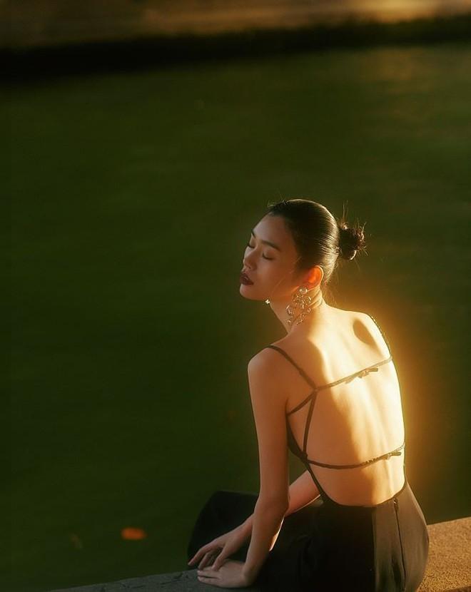Siêu mẫu Victoria's Secret gốc Hoa khoe lưng trần quyến rũ ở Paris - ảnh 3
