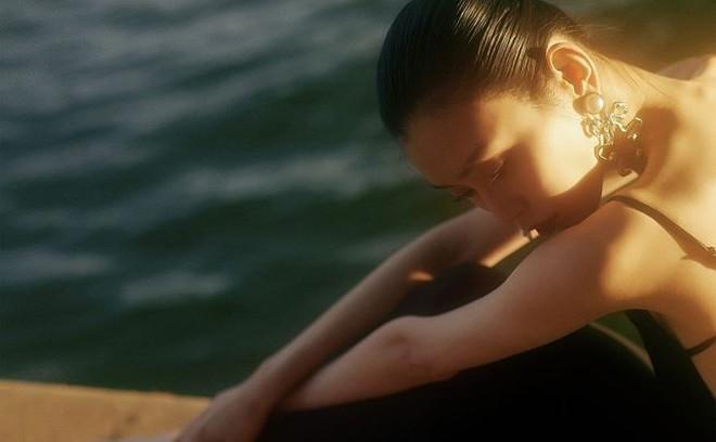 Siêu mẫu Victoria's Secret gốc Hoa khoe lưng trần quyến rũ ở Paris - ảnh 4