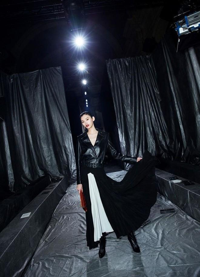 Siêu mẫu Victoria's Secret gốc Hoa khoe lưng trần quyến rũ ở Paris - ảnh 5