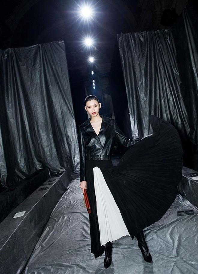 Siêu mẫu Victoria's Secret gốc Hoa khoe lưng trần quyến rũ ở Paris - ảnh 6