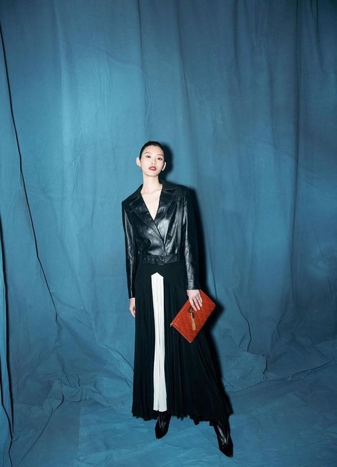 Siêu mẫu Victoria's Secret gốc Hoa khoe lưng trần quyến rũ ở Paris - ảnh 7