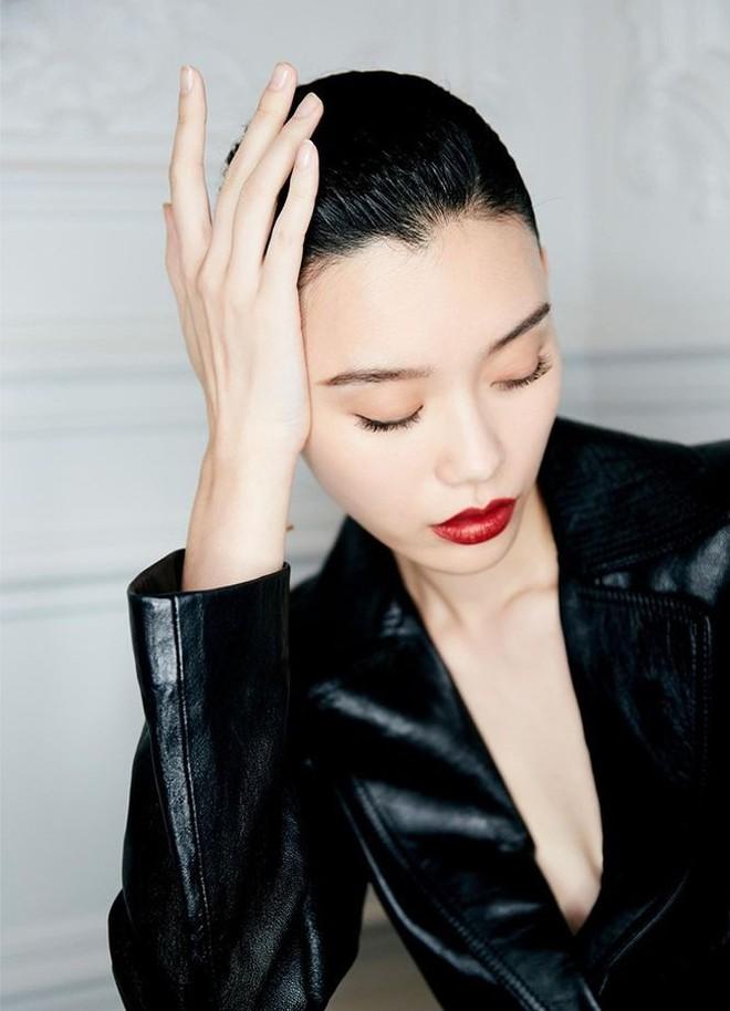 Siêu mẫu Victoria's Secret gốc Hoa khoe lưng trần quyến rũ ở Paris - ảnh 8